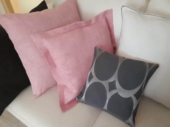 coussins pastel et gris
